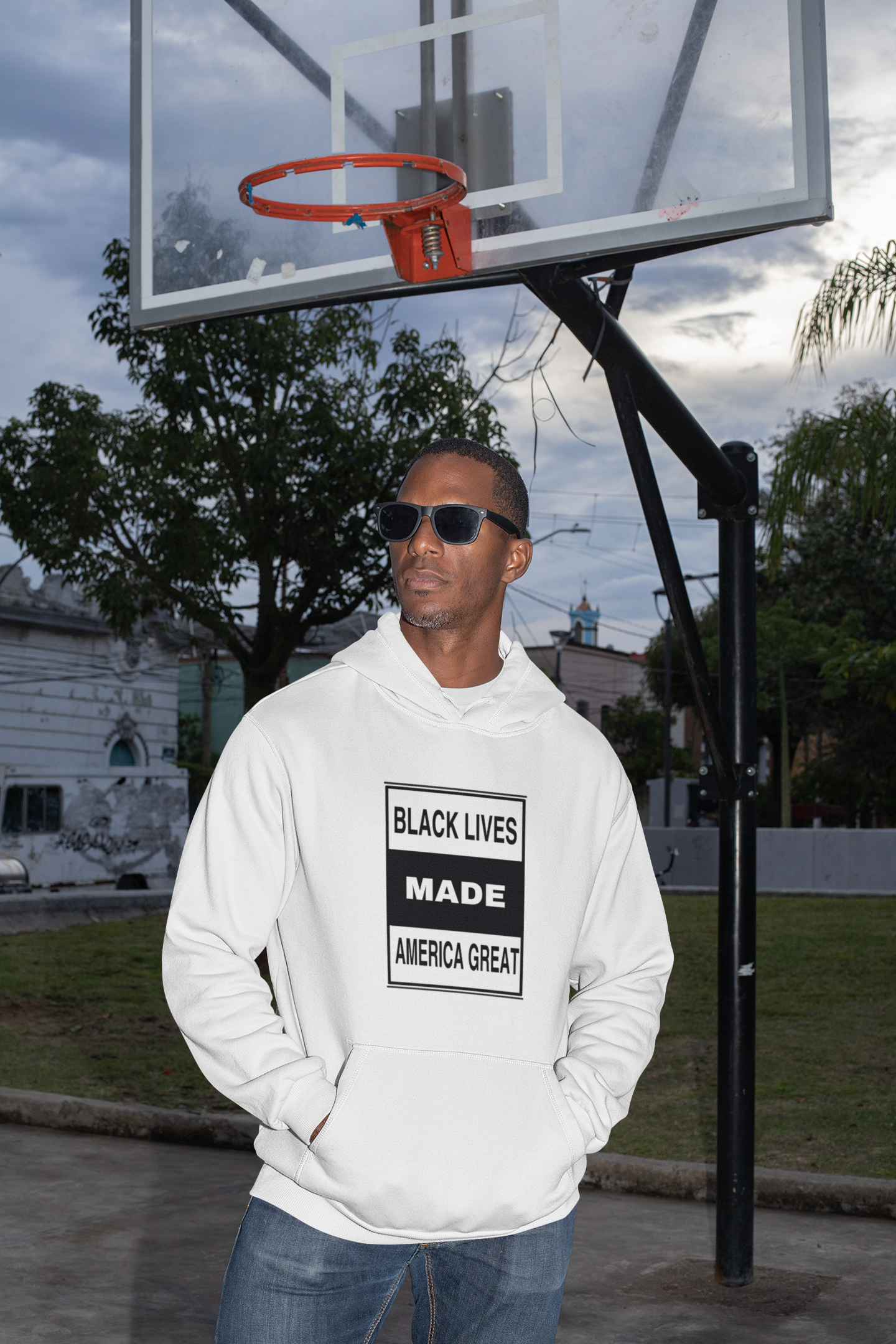mockup-of-a-fashionable-man-wearing-a-pullover-hoodie-at-a-basketball-court-30460